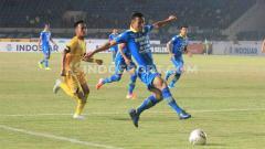 Indosport - Pemain belakang Timnas Indonesia U-19, Bayu Mohamad Fiqri, mengaku siap untuk bersaing dengan dua seniornya di Persib, salah satunya Henhen Herdiana (kanan).