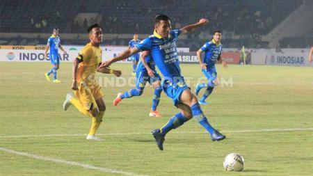 Pemain belakang Persib Bandung, Henhen Herdiana mencoba mengejar bola saat laga kandang Shopee Liga 1 2019 mengahdapi Semen Padang di Stadion Si Jalak Harupat, Kabupaten Bandung, Rabu (18/09/2019). - INDOSPORT
