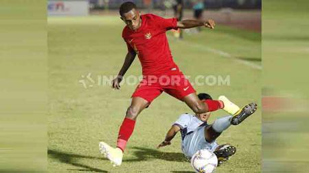 Alexander Kamuru mendapat hadangan dari pemain Mariana Utara saat sedang menyerang. - INDOSPORT