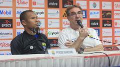 Indosport - Pelatih Persib Bandung, Robert Rene Alberts (kanan) ditemani pemainnya Supardi Nasir.