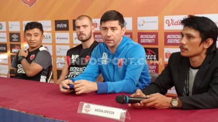 Willjan Pluim dan Darije Kalezic dari PSM Makassar menghadiri konferensi pers sebelum melawan Tira Persikabo, Rabu (18/9/19). - INDOSPORT