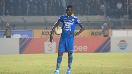 Stiker Persib Bandung, Ezechiel N'Douassel dalam pertandingan Liga 1 2019 menghadapi Semen Padang, Rabu (18/09/19) kemarin. - INDOSPORT