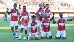 Indosport - Para pemain Persipura berselebrasi usai Muhammad Tahir mencetak gol ke gawang PSS Sleman di Stadion Maguwoharjo, Kamis (19/09/19).