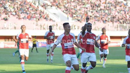 Para pemain Persipura berselebrasi usai Muhammad Tahir mencetak gol ke gawang PSS Sleman di Stadion Maguwoharjo, Kamis (19/09/19). - INDOSPORT