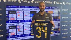 Indosport - AC Milan bakal bersaing dengan Napoli untuk memperebutkan gelandang Hellas Verona, Sofyan Amrabat.