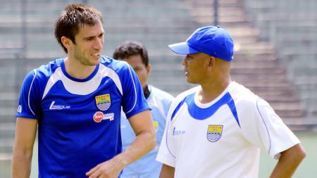 Vladimir Vujovic saat masih membela Persib Bandung, yang mendapat arahan dari tim kepelatihan. - INDOSPORT