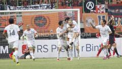 Indosport - Selebrasi pemain Bali United usai mencetak gol, antara Persija Jakarta vs Bali United pada Liga 1 di Stadion Patriot, Bekasi, Kamis (19/09/19).