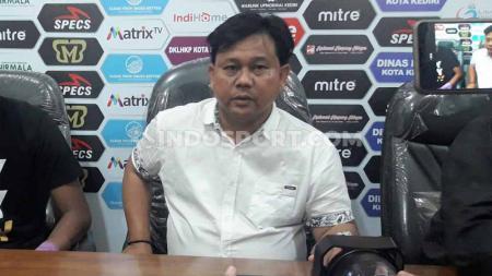 Pelatih Persik Kediri, Budiarjo Thalib, dalam konferensi pers. - INDOSPORT