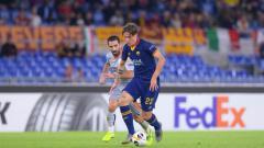 Indosport - Nicolo Zainolo (depan) dan Arda Turan tengah berebut bola di laga Liga Europa antara AS Roma vs Basaksehir, Jumat (20/09/19) dini hari WIB.