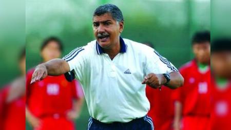 Edson Tavares, pelatih yang dikaitkan gabung Persija, pernah catat rekor di Piala AFF 2004 dan ungguli Timnas Indonesia. - INDOSPORT