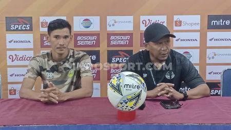 Ryan Kurnia dan Rahmad Darmawan mewakili Tira Persikabo pada konferensi pers pasca melawan PSM Makassar di Media Center Stadion Andi Mattalatta. - INDOSPORT