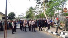 Indosport - Rombongan Bonek yang datang ke Stadion Moch Soebroto, Magelang untuk melihat langsung laga PSIS Semarang vs Persebaya Surabaya.