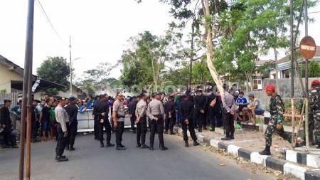 Rombongan Bonek yang datang ke Stadion Moch Soebroto, Magelang untuk melihat langsung laga PSIS Semarang vs Persebaya Surabaya. - INDOSPORT
