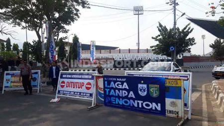 Petugas Kepolisian menutup akses masuk ke Stadion Moch Soebroto, Magelang, pada laga PSIS Semarang vs Persebaya Surabaya, Jumat (20/09/19). - INDOSPORT