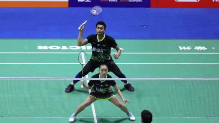 Pasangan ganda campuran Indonesia, Tontowi Ahmad/Winny Oktavina Kandow, gagal melangkah ke babak kedua turnamen Hong Kong Open 2019. - INDOSPORT