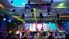 Indosport - Acara musik suporter bola bertajuk 'Sound From The Football' resmi digelar di Ballroom Kuningan City, Jakarta Selatan, Jumat (20/09/19).