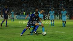 Indosport - Hamka Hamzah tengah menguasai bola di pertandingan Persela Lamongan vs Arema FC, Jumat (20/09/19).