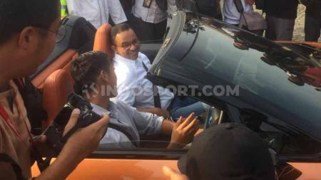Sean Gelael mengendari salah satu mobil berbasis listrik bersama Anies Baswedan di Monas, Jakarta, Jumat (30/09/19). - INDOSPORT