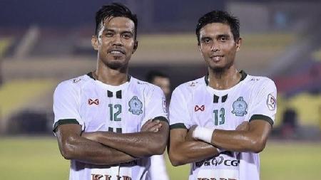 Bek Melaka United, Shukor Adan (kiri). - INDOSPORT
