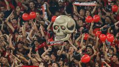 Indosport - Fans dari klub Athletico Paranaense harus mengalami kecelakaan fatal akibat menyalakan flare yang membuat tangan kirinya hilang