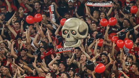 Fans dari klub Athletico Paranaense harus mengalami kecelakaan fatal akibat menyalakan flare yang membuat tangan kirinya hilang - INDOSPORT
