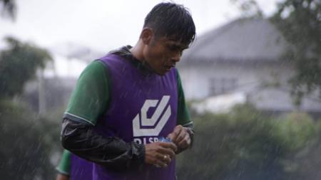 Pemain bertahan PSMS Medan, Andre Oki Sitepu, berlatih menjelang laga Liga 2 2019. - INDOSPORT