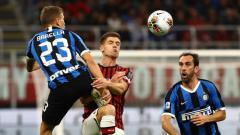 Indosport - Duel Piatek dan Barella pada laga AC Milan vs Inter Milan di pekan ke-4 Serie A Italia 2019-20, Minggu (22/09/19) dini hari WIB.