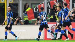 Indosport - Raksasa sepak bola Serie A Liga Italia, Inter Milan, kabarnya telah menemukan klub yang cocok untuk melepas Marcelo Brozovic (kiri) di bursa transfer musim panas 2020.