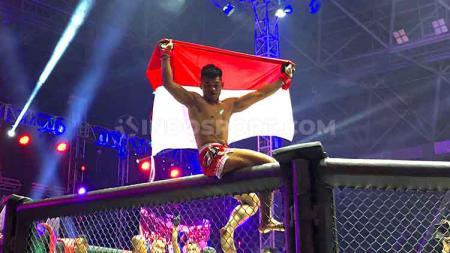 Jeka Saragih sukses  menekuk petarung asal Filipina, Mhar Jhon Manahan di kelas ringan One Pride MMA. - INDOSPORT