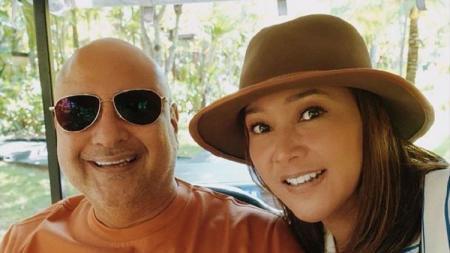 Maia Estianty bersama suaminya, Irwan Mussry, turut menikmati kemeriahan F1 GP Singapura 2019. - INDOSPORT