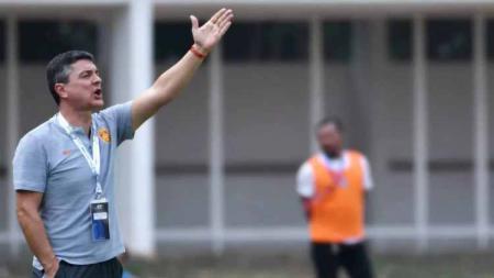 Pelatih China U-16, Antonio Puche Vicente. - INDOSPORT