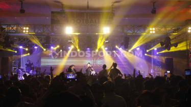 NDX AKA saat perform pada acara Sound From The Football, Sabtu (21/09/19) malam. - INDOSPORT