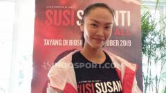 Indosport - Kelly Tandiono, salah satu pemeran di fim Susi Susanti: Love All, menunjukkan reaksi kocak saat ditanya siapa nama tiga pebulutangkis putra Indonesia.