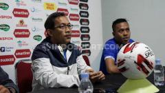 Indosport - Aji Santoso memberi keterangan sebelum laga PSIM Yogyakarta vs Madura FC.