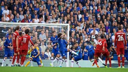 Gol tendangan bebas Trent Alexander-Arnold ke gawang Chelsea di pekan ke-6 Liga Inggris, Minggu (22/09/19). - INDOSPORT
