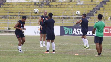 Official training PSM Makassar di Stadion Gelora Haji Agus Salim, Padang, Minggu (22/9/19). - INDOSPORT