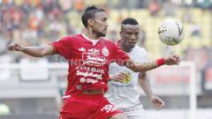 Indosport - Gelandang Persija, Rohit Chand berusaha keras untuk merebut bola dari pemain Barito Putera.