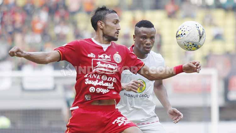 Rohit Chand berusaha keras untuk merebut bola dari pemain Barito Putera. Copyright: Herry Ibrahim/INDOSPORT