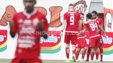 Aksi selebrasi pemain Persija Jakarta melakukan selebrasi usai Heri Susanto mencetak gol. - INDOSPORT