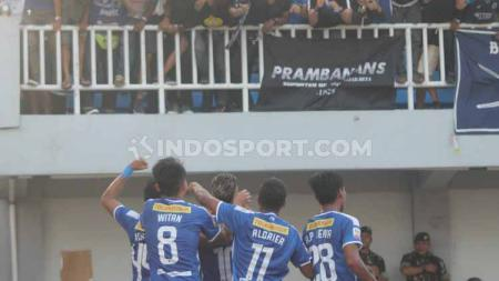 Suporter PSIM Yogyakarta bahagia usai tim kesayangannya menjaga asa lolos ke babak delapan besar Liga 2 2019. Ronald Seger Prabowo/INDOSPORT. - INDOSPORT
