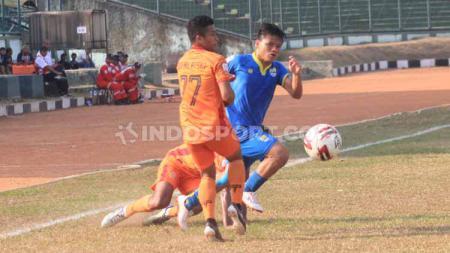 Pemain Blitar Bandung United, Rhezam melewati pemain Persiraja Banda Aceh di Stadion Siliwangi, Kota Bandung, Senin (23/09/2019). - INDOSPORT