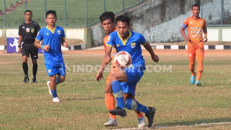 Striker Blitar Bandung United, Muchlis Hadi Ning melewati pemain Persiraja Banda Aceh di Stadion Siliwangi, Kota Bandung, Senin (23/09/2019). Copyright: Arif Rahman/INDOSPORT