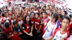 Indosport - Yuni Kartika (tengah) bersama peserta audisi PB Djarum.