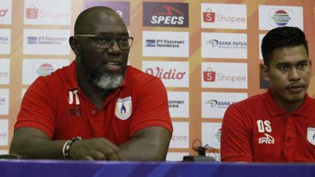 Pelatih Persipura, Jacksen F Tiago bersama kiper Persipura, Dede Sulaiman saat konferensi pers usai laga menghadapi Persib - INDOSPORT