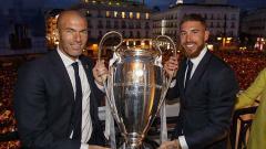 Indosport - Zinedine Zidane berikan pesan begini usai Sergio Ramos tinggalkan raksasa LaLiga Spanyol, Real Madrid.