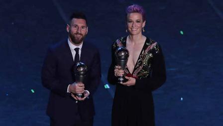 Pemain terbaik pria FIFA tahun ini Lionel Messi dan pemain terbaik wanita FIFA tahun ini Megan Rapinoe di Teatro alla Scala, Selasa (23/09/19) Emilio Andreoli/Getty Images