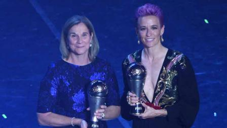 Pelatih terbaik Jill Ellis dan Megan Rapinoe sebagai pemain terbaik The Best FIFA Football Awards di Teatro alla Scala, Selasa (23/09/19) Pier Marco Tacca/Anadolu Agency via Getty Images