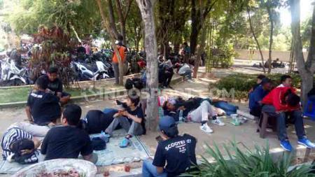 Ratusan suporter Brigata Curva Sud (BCS) yang hendak ke Malang dihalau aparat kepolisian Polres Sragen. Mereka dikumpulkan di Taman Kridoanggo atau depan Rumdin Bupati Sragen. - INDOSPORT