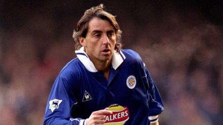 Roberto Mancini saat masih memperkuat Leicester City. - INDOSPORT