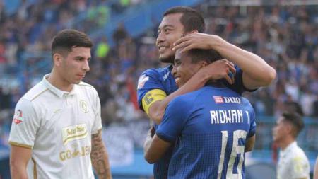 Hamka Hamzah dan Ridwan Tawainella melakukan selebrasi melawan PSS Sleman di Liga 1 2019 pekan ke-20 - INDOSPORT